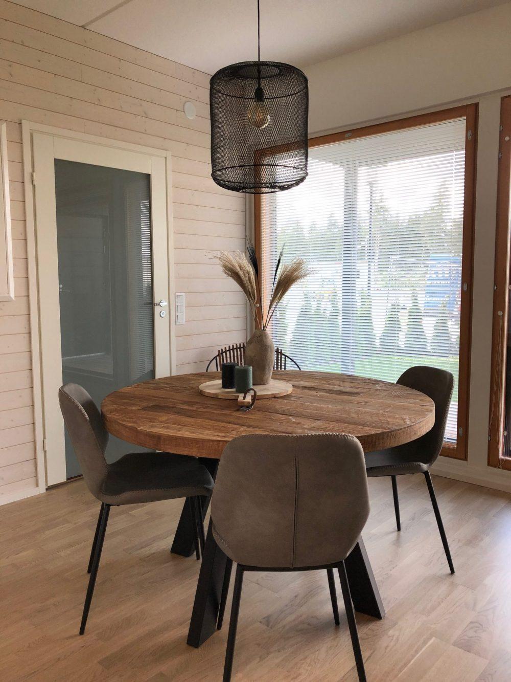 Snugg ruokailutila_Hikari musta kattovalaisin_Seashell tuolit_Timeless pyöreä puinen ruokapöytä