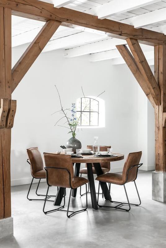 Snugg-Timeless-beam-pyöreä ruokapöytä ja nahkatuolit